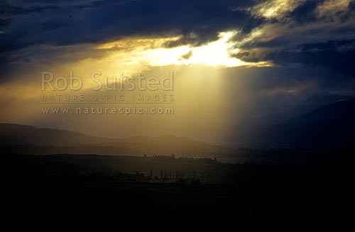 Sunlight on the wine growing district of Marlborough. Wairau Valley, Marlborough, Marlborough District, Marlborough Region, New Zealand (NZ) stock photo.