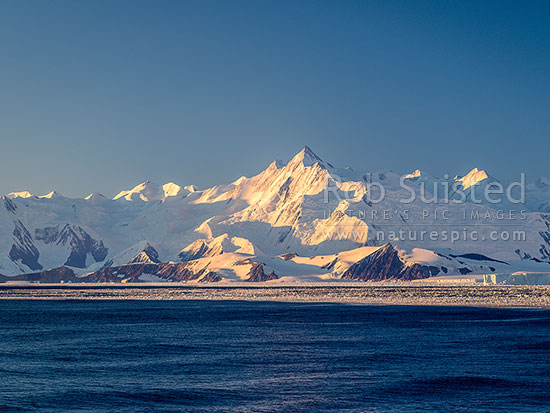 Mount (Mt) Herschel (3335m) standing in the Admiralty Mountains. First climbed in 1967 by Sir Ed Hillary. Honeycomb Ridge, Burnette Glacier and Moubray Bay in foreground, Ross Sea, Antarctica Region, Antarctica stock photo.